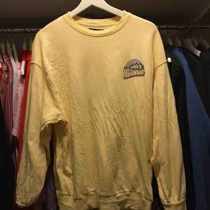 Skitsnygg oversize sweatshirt i ljusgult från bershca. Köpt i Italien. Är i st XS men jag är S och den är oversize för mig:)💛💛