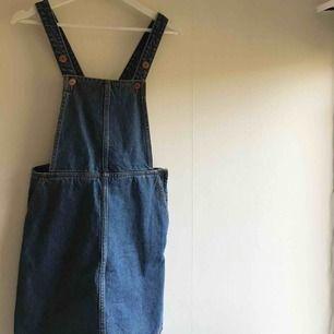 Jättefin hängselklänning i jeans från Monki. Använd ca 3 gånger. Frakt tillkommer.