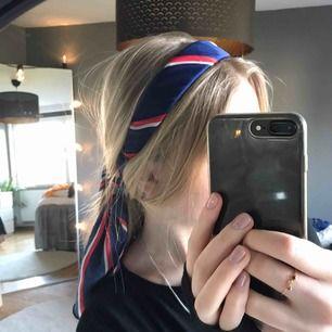 Jättetrendigt headband med band som man knyter som tofs! Aldrig andvänt (bara testat för bilden) eftersom jag inte passar i det💔
