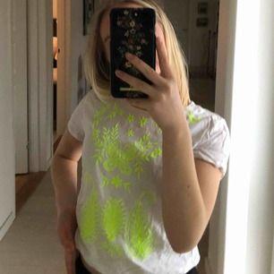 Så fin t-shirt från H&M barnavdelning, passar dock xs. Den är lite kort. Fint skick!