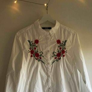 Jättefin skjorta med broderade blommor från Bikbok som aldrig har använts. Frakt tillkommer.