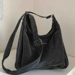 Grå fjunig väska, ser nästan glittrig/skimrande ut på håll, kan fler bilder om det så önskas.  Frakt tillkommer💕