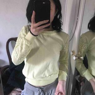 Jättesöt stickad tröja i en ljusgul färg, sällan använd