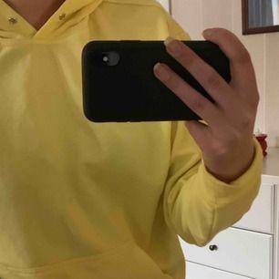 En gul hoddie från Carlings. Den är i storlek men jag på bilderna har normalt S💕