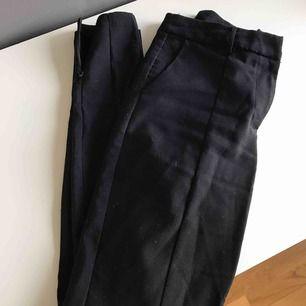 Kostymbyxor med justerbar slits och pressveck, andvända men i bra skick! Kan skickas🌸