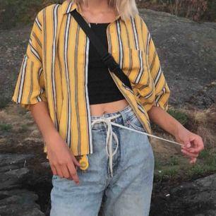 Cool gul randig skjorta från Pull And Bear. Köpte den på Plick men dessvärre passade den inte mig. Bilden är lånad från personen jag köpte av.