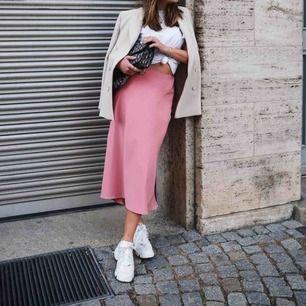 Säljer min satin-kjol från Zara. Använd 1 gång. Endast Swish & fraktar bara.