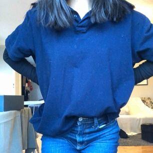 Marinblå skjorta