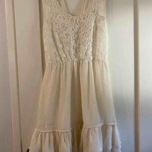 En fin klänning ifrån Rut&Circle som är använ ett fåtal gånger perfekt till skolavslutning eller konfirmation