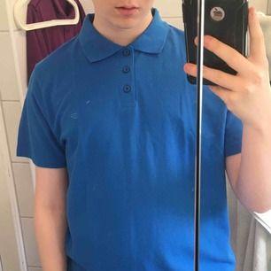 Piké tröja, den finns i Blå, lila, röd och svart om det intresserar. Nästan aldrig använda, Max 5 gånger