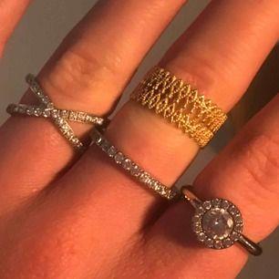 """Alla silvriga ringar är från Edblads. Den guldiga är från & other stories. Superbra skick. Silvriga 80 kr styck, guld 30kr. Har ganska """"tjocka"""" fingrar."""