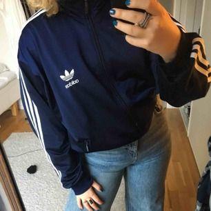 Adidas tröja, sitter som en L. Möts upp i Stockholm annars står köparen för frakt💘