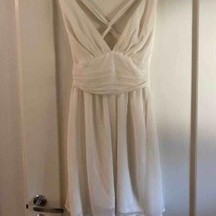 En kort fin klänning ifrån Nelly i stl 36. Perfekt till student, konfirmation och skolavslutning.