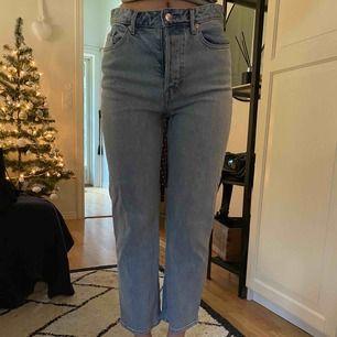 Snygga Jeans från H&M i bra skick! Säljer då dom är för stora i midjan för mig. Mer bilder kan fixas och frakt ingår i priset, men kan mötas upp i Göteborg!🥰