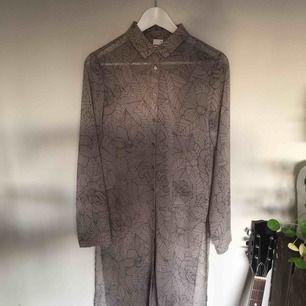 Skjortklänning från Gina Tricot i storlek 36. Skir och härlig! Fint skick. Kan mötas i Stockholm eller skicka!