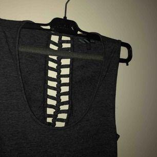skön och mjuk vans klänning, öppen i ryggen och 1.70 lång ungefär. Frakt ingår inte🤗 Använder inte klänningar tyvärr och där med är den använd 2-3 ggr!