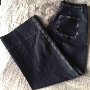 """Blåa """"worker trousers"""" från Arket! Superhärliga och vida i benen. Knappt använda, kan mötas i Stockholm eller skicka."""