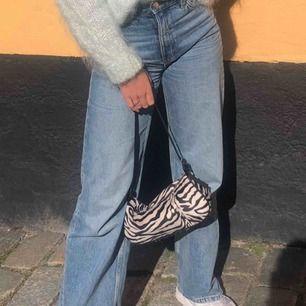 Säljer mina assnygga Yoko jeans från monki. Jättesköna och inte använda så mycket. Passar mig som vanligtvis är en xs och är 1.67cm lång