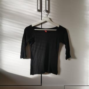 Svart tröja med trekvartsärmar Storlek: 34 Frakten ligger på 22 kr