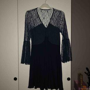 En klänning från Nelly beställd för 2 år sedan och har används en gång för att jag inte använder klänning tyvärr:/  Den går ungefär till knäna på mig som är 1.66 och är en mörkblå färg!  Frakt ingår inte🤗