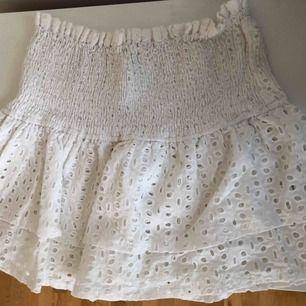 Säljer min vita volangkjol från Bohoo. Passar flera storlekar då det är resår i midjan. Möts ej upp & endast Swish!