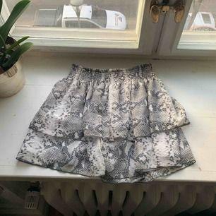 Säljer denna super snygga volang kjol!! Säljer för jag aldrig använt den. Passar xs/s men kan även passa m❣️