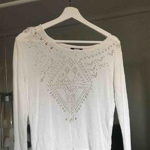 """Snygg tröja med """"nitar"""" på, säljer då den inte kommer till användning längre💕"""