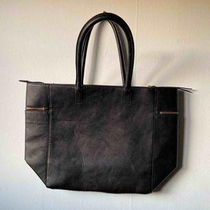 Handväska från H&M! Stor i storleken så man får plats med mycket! Köpt för ett tag sedan och är säker på att den inte längre säljs i butik/online! Ett stort fack plus ett minifack inuti, samt två på vardera sida utantill. Skickas spårbart för 63kr! 🪐