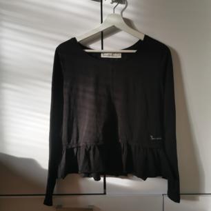 Svart Peplum-tröja Storlek: M Frakten ligger på 44 kr