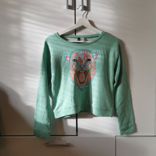 Grön tröja med tryck Storlek: 36 Frakten ligger på 44 kr