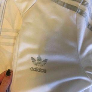 Adidas tröja i storlek 32, XXS 💓 Ingen luva, och i fint skick.  Sista bilden är märket på ryggen