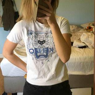 Kenzo tröja, vet inte om den är äkta eller fake..väldigt fin iaf och i bra skick 💗 Storlek 152 med passar XS och S kvinnostorlek. ((Om nån vet om den är äkta eller fake kan ni väl skriva 🥰))