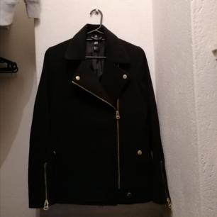 Biker jacket i storlek 36 från HM i mycket fint skick då den knappt är använd, perfekt nu till våren! En fraktkostnad tillkommer och betalas via Swish 💌