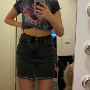 Säljer min svarta jeans kjol pga den är för stor