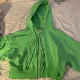 Ljusgrön kort hoodie med dragkedja, mjuk innuti, står s i men den e väldigt oversized så skulle passa på m också