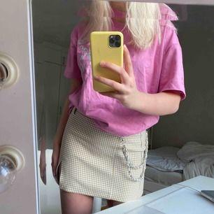 Sjukt snygg rutig kjol! Den är från bershka och går inte att få tag på i Sverige:) strl M men sitter som S, jag är 172cm! 🥰💖kan mötas upp och frakta!