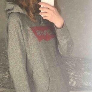 Säljer denna grå Levis hoodien då den tyvärr inte kommit till användning. Storlek S men är lite over sized skulle jag säga. Köparen står för frakt!!