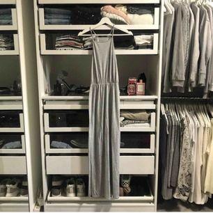 Långklänning ifrån bikbok passar någon runt 165, använd 2 ggr💘 frakt 50kr