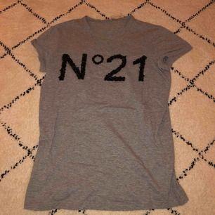 Grå tröja ifrån N°21, knappast använd och i god skick💗