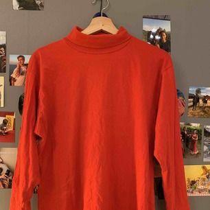 Röd ganska tunn polotröja från humana, stretchig och skönt material
