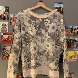 Blommig långärmad tröja som ni ser :-) ganska tunt material