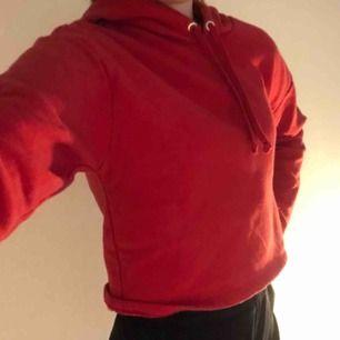 En fin röd kortare tröja från h&m❤️ storlek XS och kostar 45kr + frakt. Den har 2 väldigt små hål.