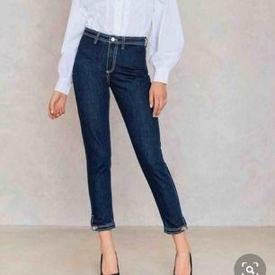 Helt nya jeans från nakd! Superfina med detaljer nertill;)  Säljer också den matchande jeansjackan till, helt ny den också - kolla bland mina andra annonser!