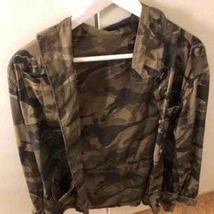 Säljer min älskade camouflage färgade jacka , från Ginatricot. Vid snabb affär kanske det finns möjlighet till billigare pris, beroende lite på. Möts upp i Sthlm, fraktar ej:)