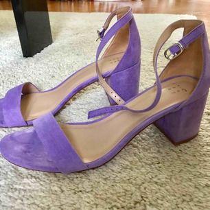 Superfina sandaler med klack i lavendellila! Köpta i USA, storlek 41. Använda endast en gång (så jättefint skick). Säljes för de är för stora för mig. Frakt tillkommer på 63kr spårbart postnord. Jag tar Swish (eller kontant om vi möts upp i Malmö).