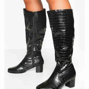 Knee boots från boohoo som blev beställda i fel storlek, helt oanvända men hann inte skickas tillbaka