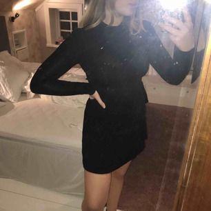 Basic svart klänning som är i nyskick! Använd en gång. Superskönt och stretchigt material💝Priset är exkl frakt 💝Betalning via Swish