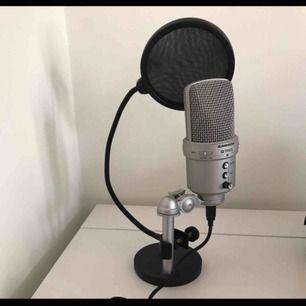 Mikrofon som använts en gång! Köpt för ca 1300, så priset är vääääligt bra, du kopplar in den med USB i datorn sen är de bara att köra🥰🥰 Frakt tillkommer!! Elller så möts jag i Västerås