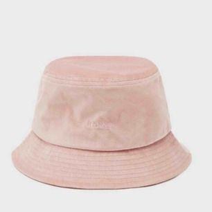 En helt ny bucket hat i sammet från bershka✨