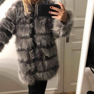 Säljer nu min superfina fuskpäls jacka från Chiquelle. Jacka är i strl. S Nypris: 1200kr Knappt använd så helt som ny! Köparen står för eventuell frakt.